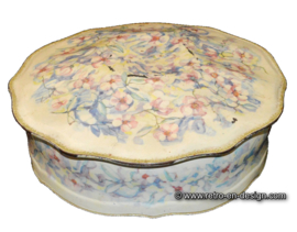 Old semi-antique cookie tin, floral motif from the 1950s