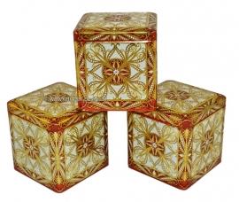 Set blikken kubussen in goud, wit, rood
