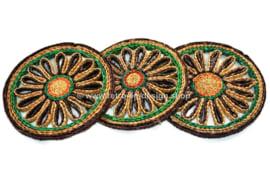 Trois morceaux de dessous de verre vintage en raphia coloré, années 60-70