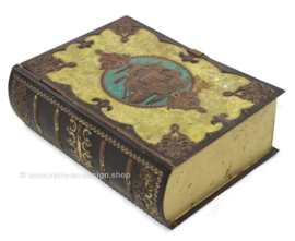 Boite étain vintage en forme de livre avec voilier en couverture