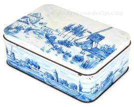 Lata rectangular para galletas de PATRIA con representaciones en azul de Delft de molino de viento y paisaje de pólder