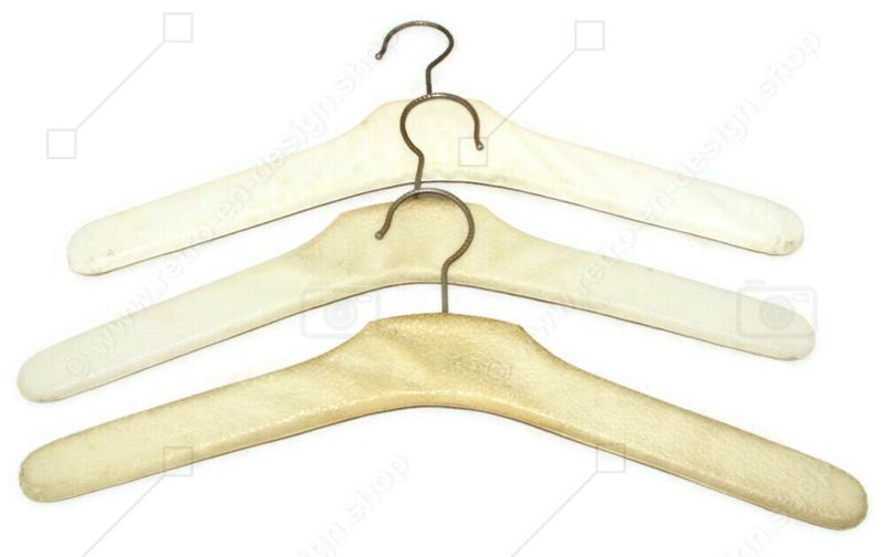 Set van drie vintage Skai kledinghangers in wit/créme met metalen studs