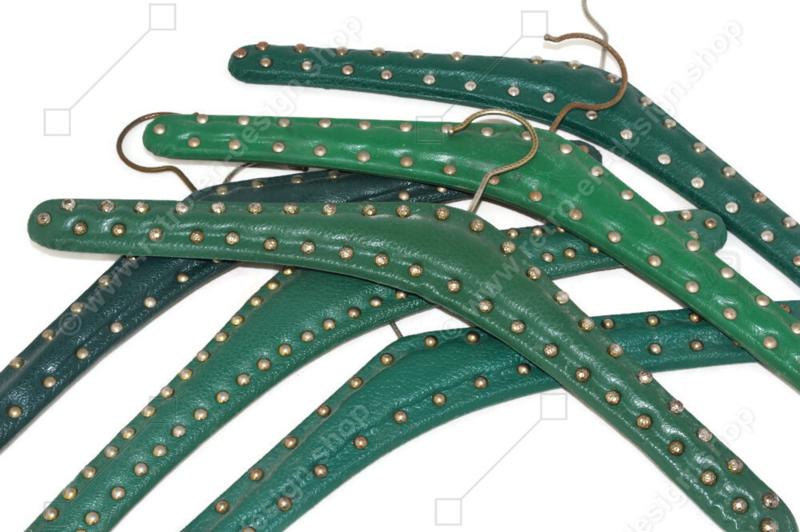 Set van zes vintage Skai kledinghangers in groen met metalen studs