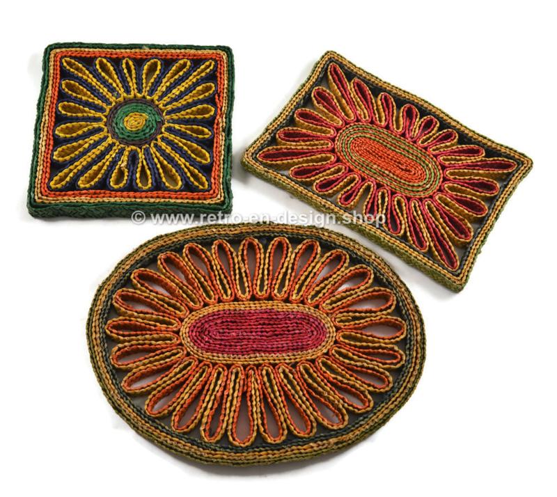 Drietal vintage raffia/rieten pannenonderzetters in verschillende kleuren uit de jaren 60-70