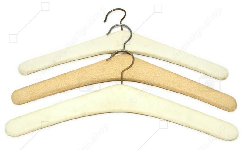 Ensemble de trois cintres vintage en Skaï en blanc crème avec des clous en métal