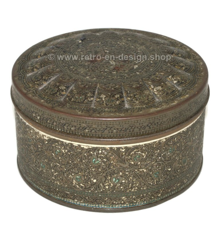 Round vintage tin box with floral decoration in relief by De Gruyter