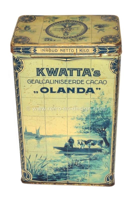 """Rechthoekige blikken trommel voor 1 kg KWATTA's gealcaliniseerde cacao """"OLANDA"""" met voorstellingen in een Delftsblauw tegeltableau van een  visserdorp"""