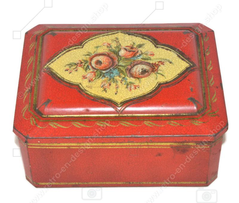 Lata rectangular roja con detalles dorados y decoración floral