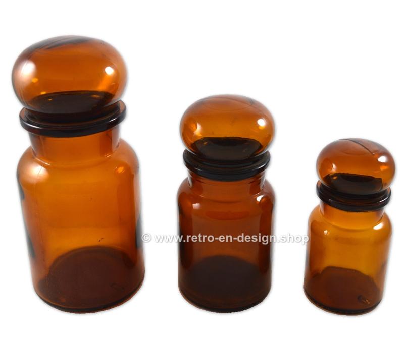 Set van drie ronde bruine glazen apothekerspotten