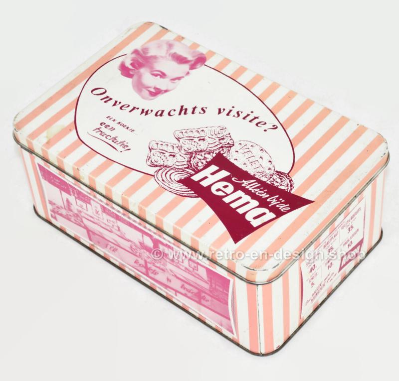 Roze blikken retro trommel voor koek van de Hema met foto's van winkelinterieur