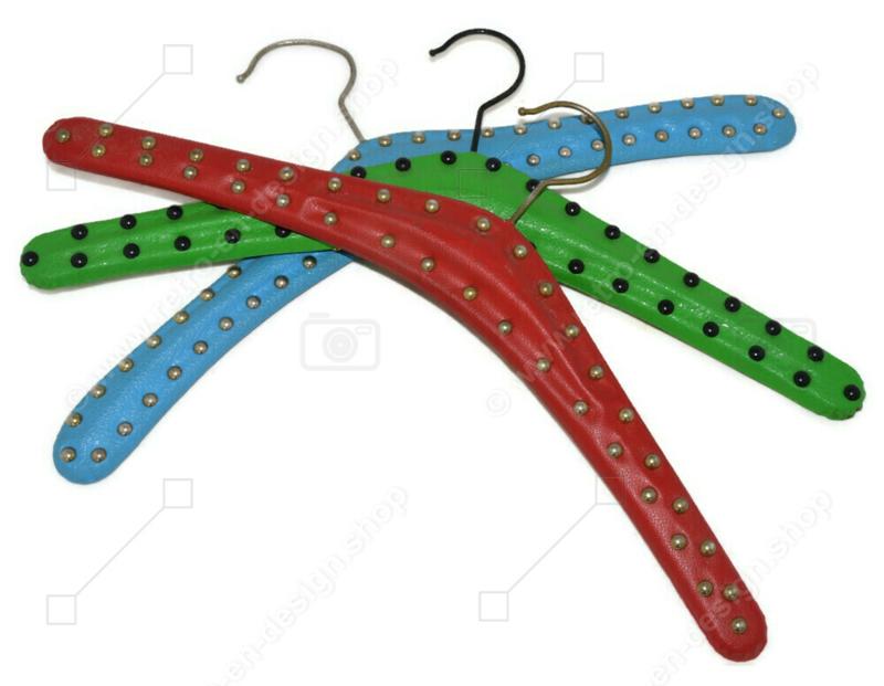 Set van drie vintage Skai kledinghangers in lichtblauw, lichtgroen en rood met metalen studs