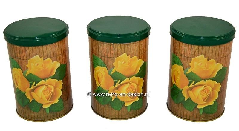 Vintage set Tomado blikken. Decor gele rozen op hout