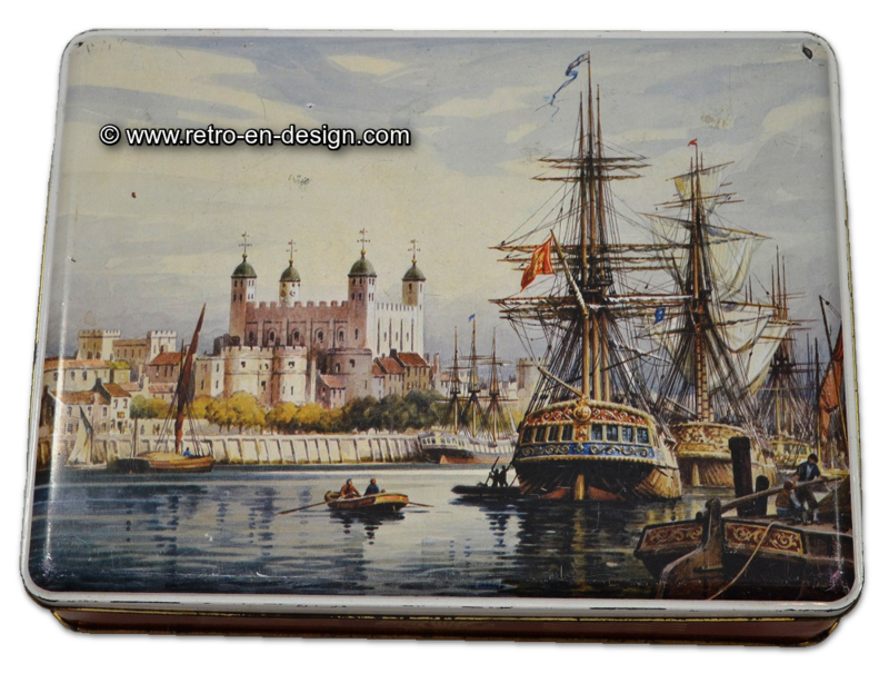 Vintage blik met havenaanzicht en oude schepen. 12 MB container made in GT. Britain