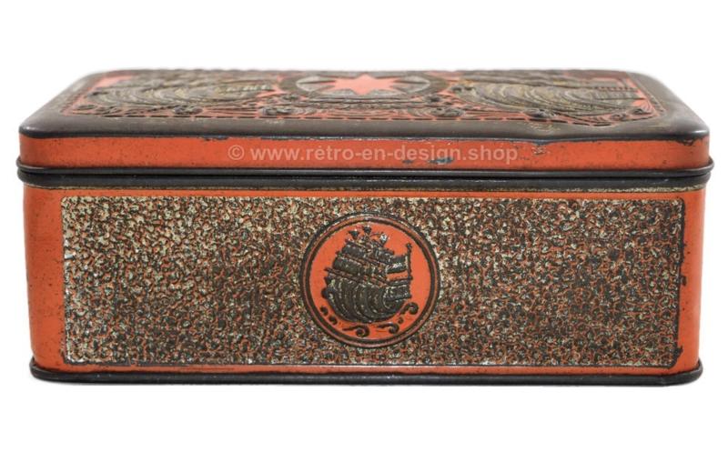 Blikken tabaksdoos in oranje/goud met relief van schepen voor ster-tabak van Niemeijer