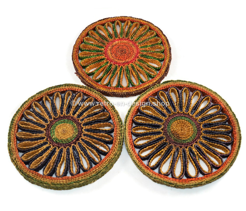 Set van drie gekleurde vintage raffia/rieten pannenonderzetters, jaren 60-70