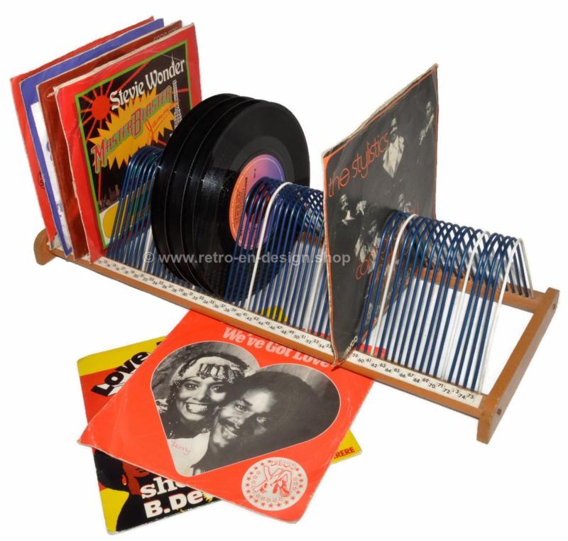 Vintage Plattenregal aus Holz und Stahldraht zur Aufbewahrung von 75 Vinyl-Singles