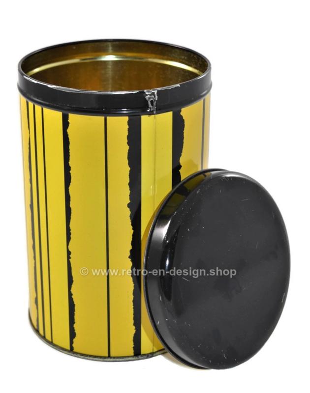 Runde Vintage Blechdose von Tomado. Gelb mit schwarzen Streifen