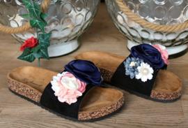 pantoufles de fleurs noires