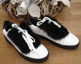sneaker wit met zwart bontje