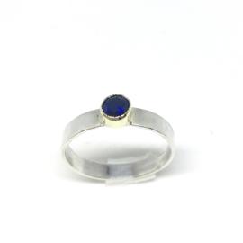 Ring van zilver met nachtblauwe briljant in goud
