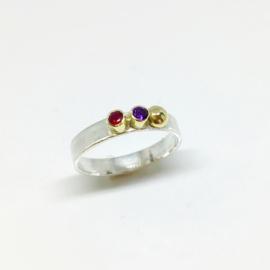 Ring met geboortestenen en een oogappeltje