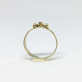Gouden ring met robijn briljant en 2 oogappeltjes