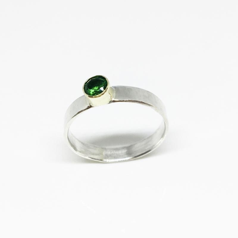 Ring van zilver met smaragd in goud