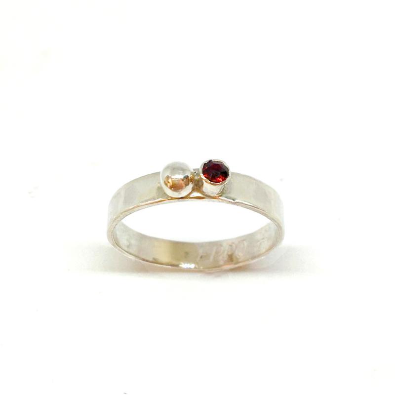 Ring van zilver met oogappel en granaat