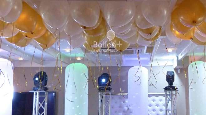 helium latex ballonnen kunnen ook tegen het plafond gedaan worden voor een extra feestlijk effect