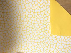 Inpakpapier okergele kiezels met een effen okergele achterzijde; dubbelzijdig