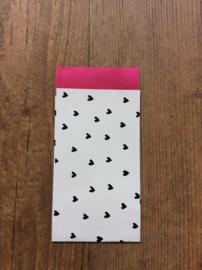 Wit cadeauzakje met zwarte hartjes en magneta binnenkant   7x13 cm (S)