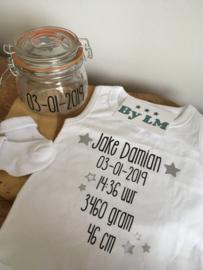 Romper met geboortegegevens en sokjes in pot