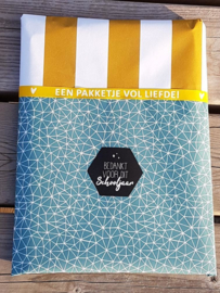 Inpakpapier dubbelzijdig;stoer petrolkleurig met graphics dessin en op de achterzijde staat een stevige oker streep