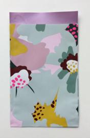 cadeauzakje kleurrijke bloemenprint en lila  binnenzijde 12 x 19 cm