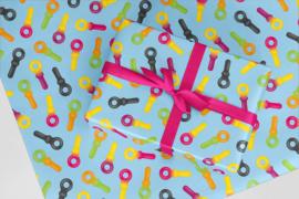 Inpakpapier lichtblauw vol met snoepsleutels50x70 cm