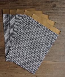 cadeauzakje zwart/wit schuine streep met gouden binnenkant  12 x 19 cm
