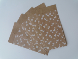 Cadeauzakje kraft met Witte hartjes 7x13 cm (S)
