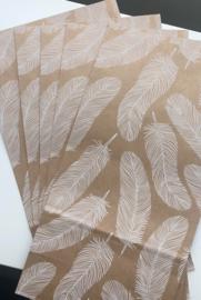 blokbodemzak bruin met witte veren