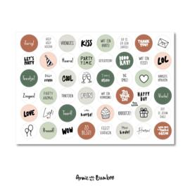 Stickervel jarig, verjaardag met 48 ronde (sluit)stickers
