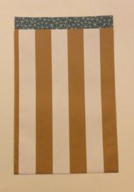 cadeauzakje okergele streep en de binnenkant met een petrol kleurig patroon 17x27 cm  (L)