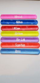 Gekleurd klaparmbandje met naam