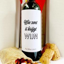 zelfklevend wijnetiket Wie zoet is krijgt wijn, Mama Drinkt Wijn