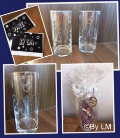 Glas met naam en cirkels