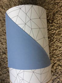 Inpakpapier  wit papier met een zwart patroon en de andere zijde is egaal blauw; dubbelzijdig