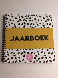 Jaarboek -invulboek voor 12 maanden