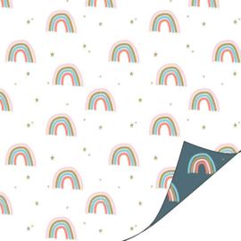 Inpakpapier dubbelzijdig; blauw met gekleurde regenbogen en sterretjes en de andere zijde witte achtergrond