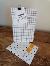 blokbodemzak van wit kraftpapier met zwarte vierkanten, grid.