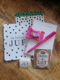 Cadeauset voor de liefste juf (notitieblok, pen, kaart, thee, chocolade, cadeauzakje en sluitsticker)