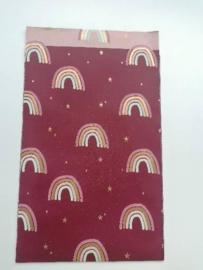 cadeauzakje bordeaux rood  met vrolijk gekleurde regenbogen 12 x 19 cm