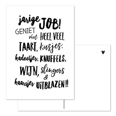 Kaart met tekst 'Jarige Job, geniet van heel veel taart, kusjes, kadootjes, knuffels, wijn, slingers & kaarsjes uitblazen'.